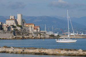 Joyager med Antibes i bakgrunden
