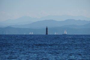 Sardinien sett i diset från Korsika.
